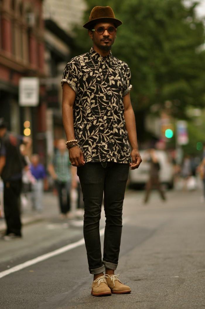 chemise aux gros motifs végétaux, chapeau feutre marron, jeans noirs, chaussures marron, tenue chic homme