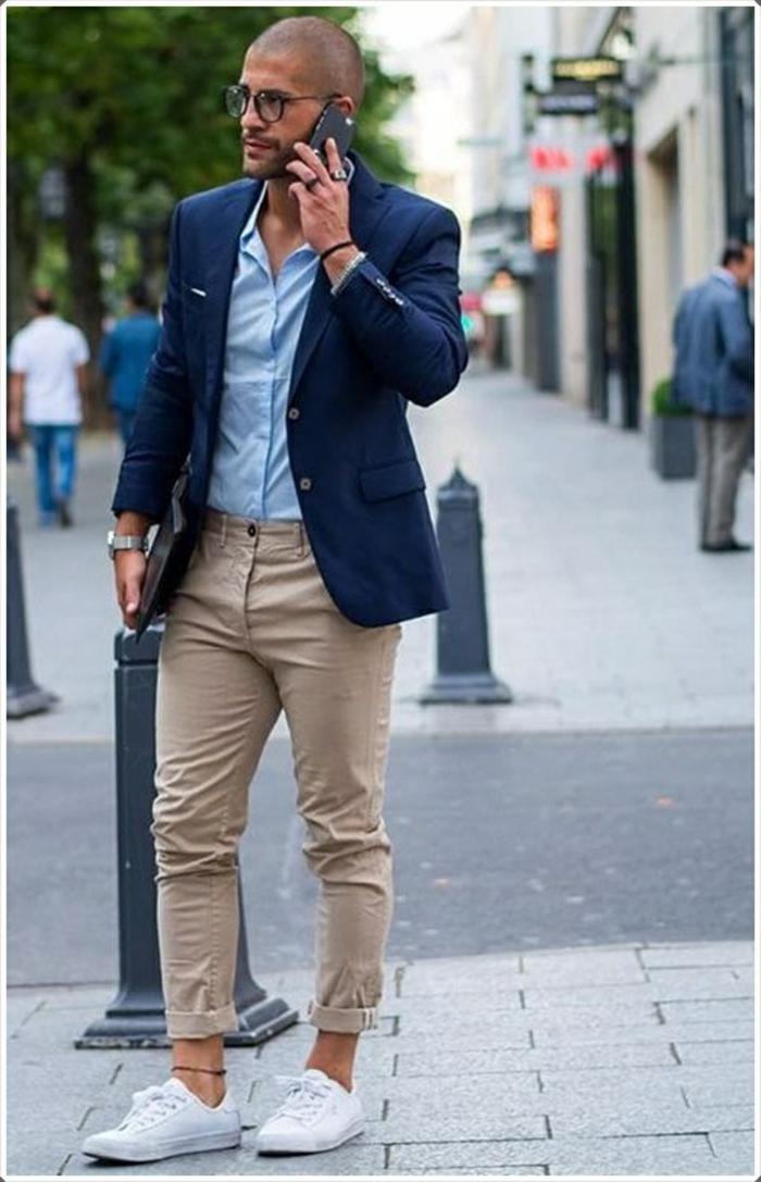 idée pour tenue d affaires décontractée homme, combiner un pantalon beige avec blazer en bleu foncé et baskets blancs