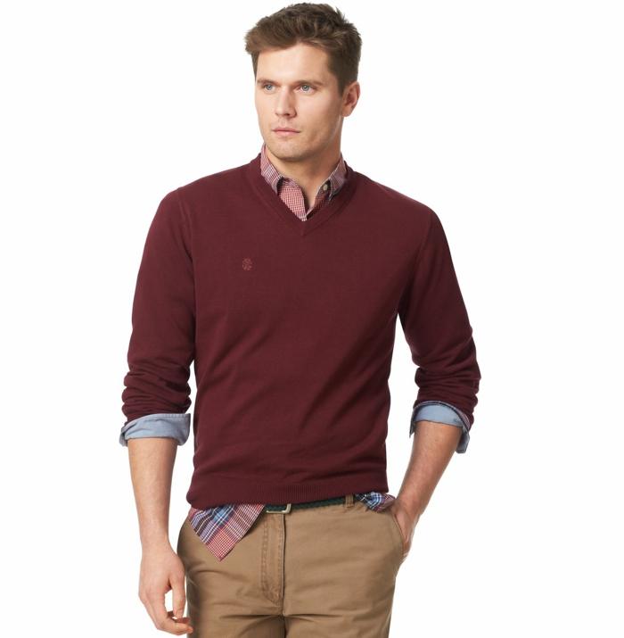 avec quoi porter un pantalon beige, idée pour une tenue de soirée homme decontracté avec pull bordeaux et chemise rouge et bleu