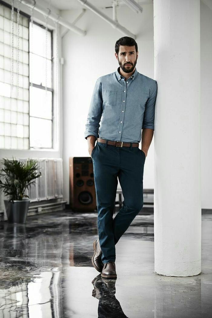 comment bien s habiller homme d'affaire moderne, exemple de pantalon slim bleu foncé combiné avec ceinture et chaussure en cuir marron