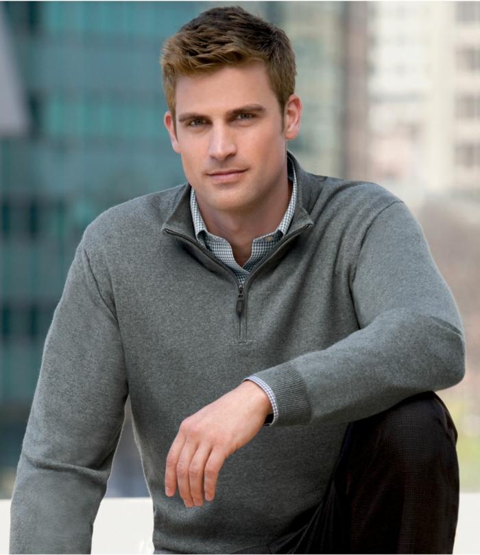 tendance de mode pour homme d'affaires moderne, exemple de tenue chic et décontracté professionnel avec blouse sportive grise et chemise