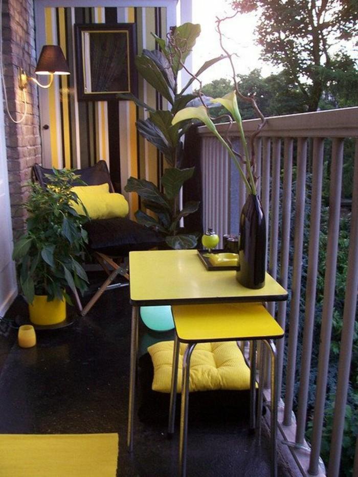 quel aménagement petit balcon en jaune et noir, garde corps gris, sol revetement noir, mur d accent à rayures