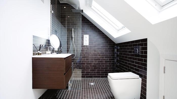 salle de bain noir et blanc avec meuble wengé, wc suspendu, douche italienne et murs blancs