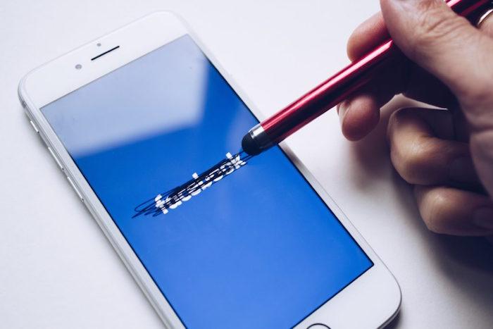 image d'une stylet essayant d'effacer facebook ou comment desactiver fb un mois pour etre plus heureux