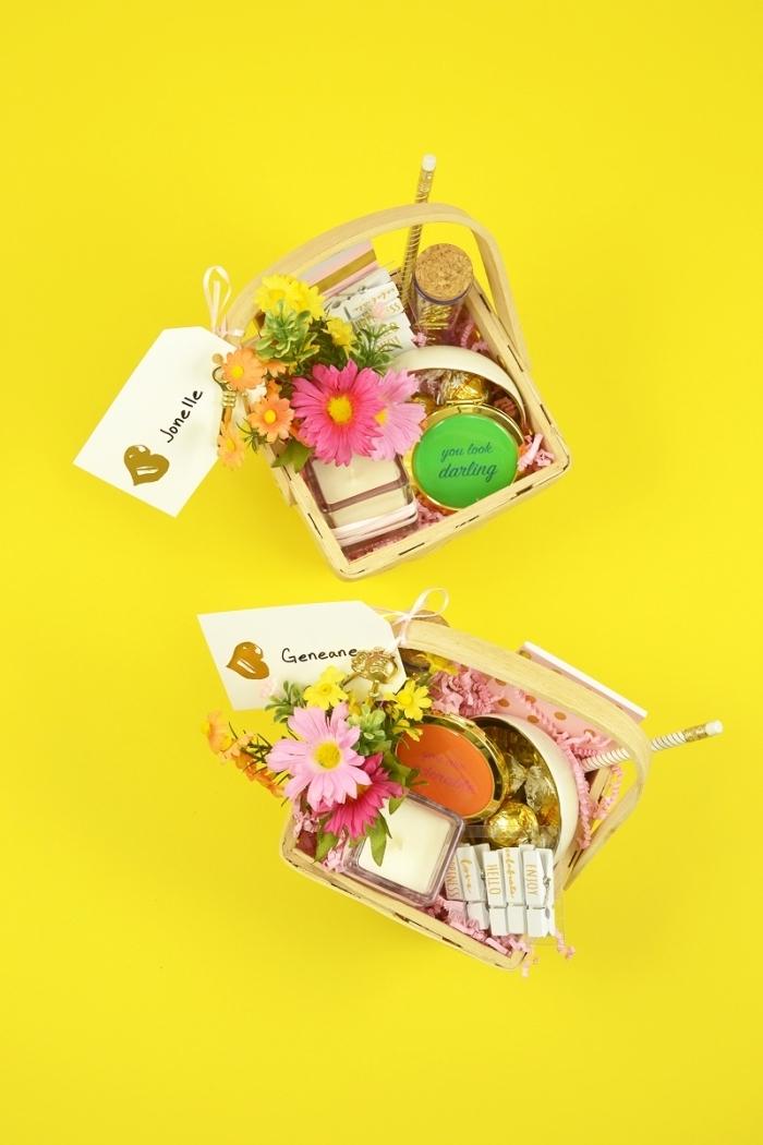 exemple cadeau pour femme, panier avec produits cosmétiques et bouquet de fleurs, diy panier avec étiquette
