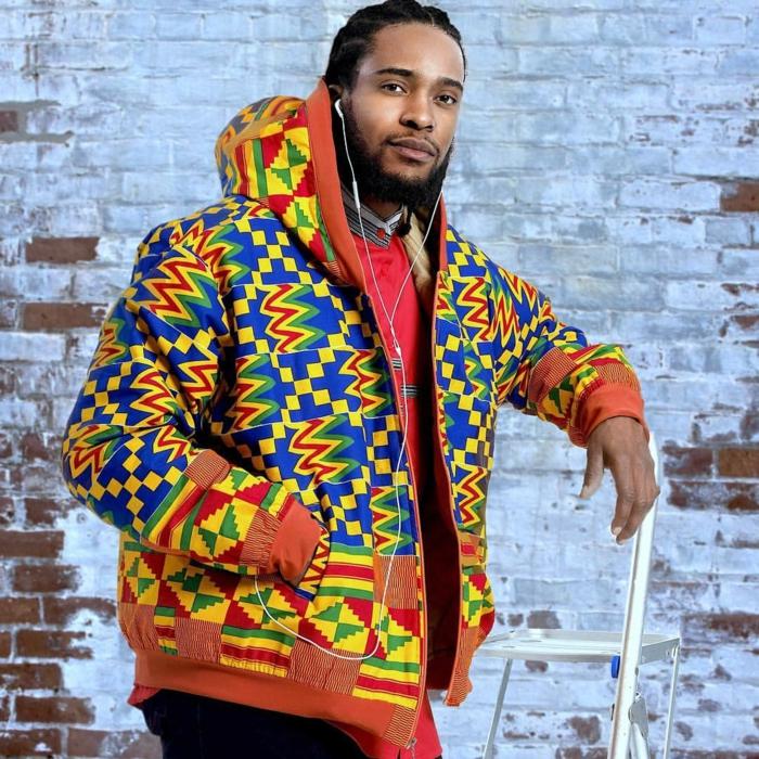 tenue africaine homme, sweat capuche motifs ethniques, pantalon noir, homme noir aux cheveux longs