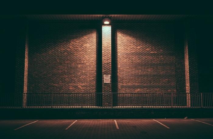 installer un projecteur led pour éclairer une façade, une allée de maison ou une zone autour d'une concession, système d'éclairage extérieur led avec détecteur de mouvement