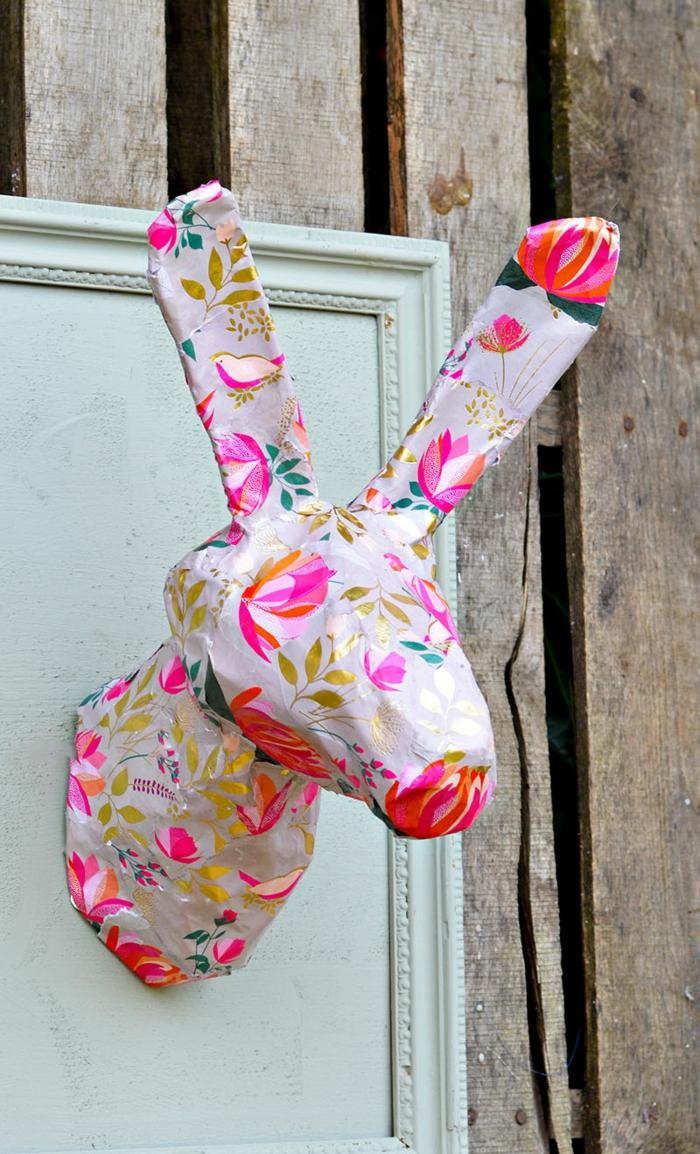 tête de lapin en papier mâché aux motifs colorés, bricolage de paques pour adultes