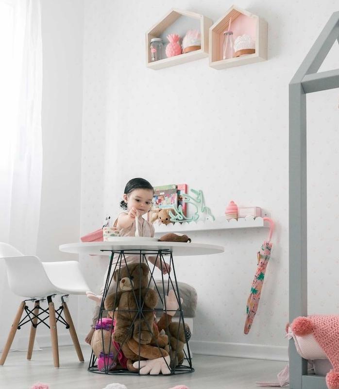 idee originale table avec rangement pelches intégré, plateau blanc et chaise scandinave basse, étagères murales maisonnettes