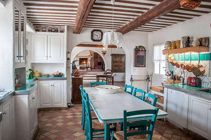 cuisine sympathique en bleu et blanc, casseroles cuivrées, sol carreaux rouges, photo cuisine vintage