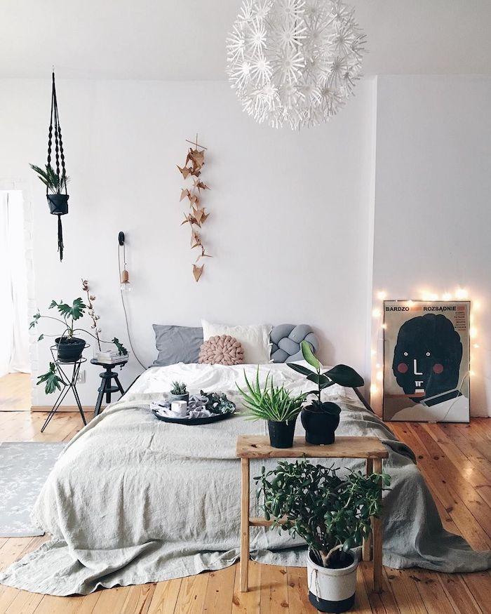 Simplicité scandinave, table hipster en bois, aménagement chambre 10m2, décoration chambre à coucher plante verte