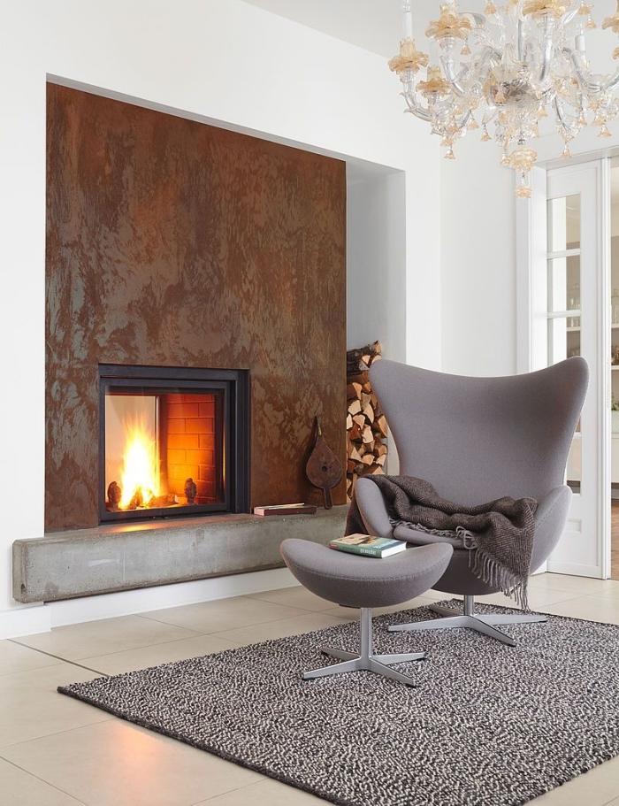 texture mur métallisé dans un salon blanc avec plancher carrelage et portes blanches, aménagement pièce avec cheminée