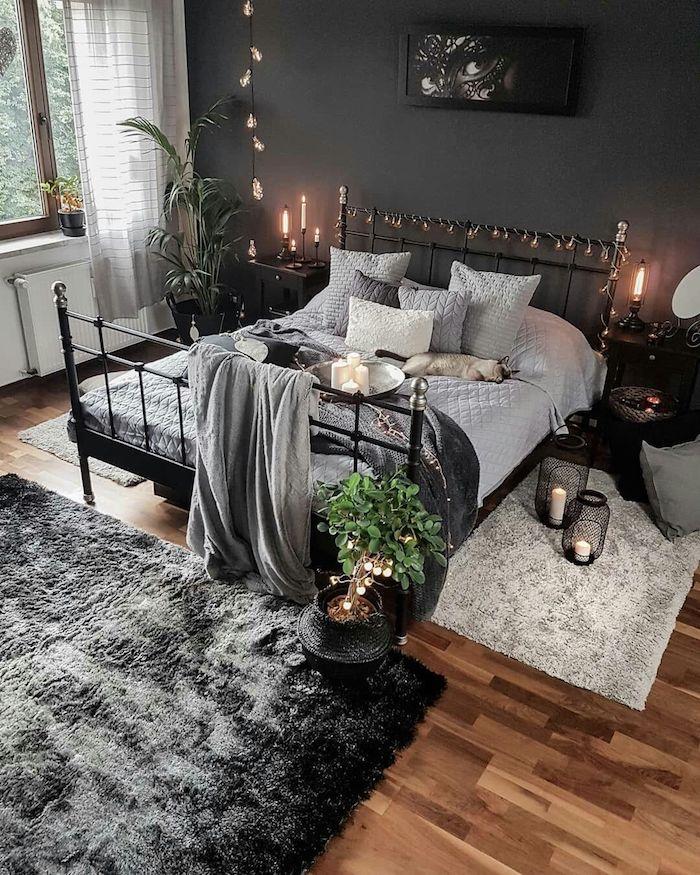 Lit en fer, mur gris et bur blanche, linge et tapis gris pour associer toute la déco, guirlandes lumineuses