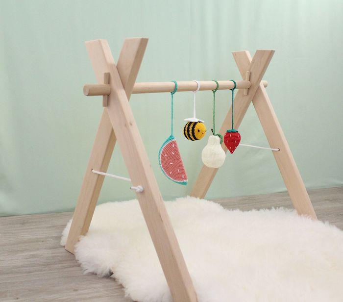 tapis d'éveil montessori scandinave avec un petit tapis moelleux scandinave et mobiles originales montessorii