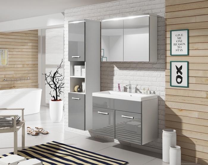 quelle couleur combiner avec le gris dans une pièce blanche, exemple revêtement partiel en bois clair, modèle baignoire autoportante