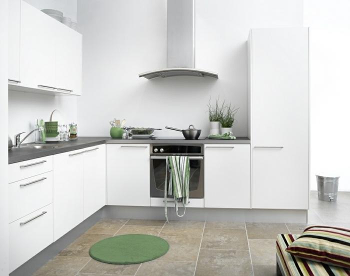 comment décorer une petite cuisine blanche avec comptoirs gris mate, plan de cuisine en L, idée quelle couleur avec le gris