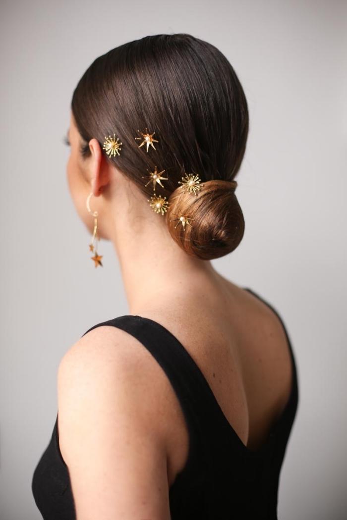 modèle de coiffure élégante aux cheveux attachés avec accessoires dorés, exemple de lissage bresilien maison