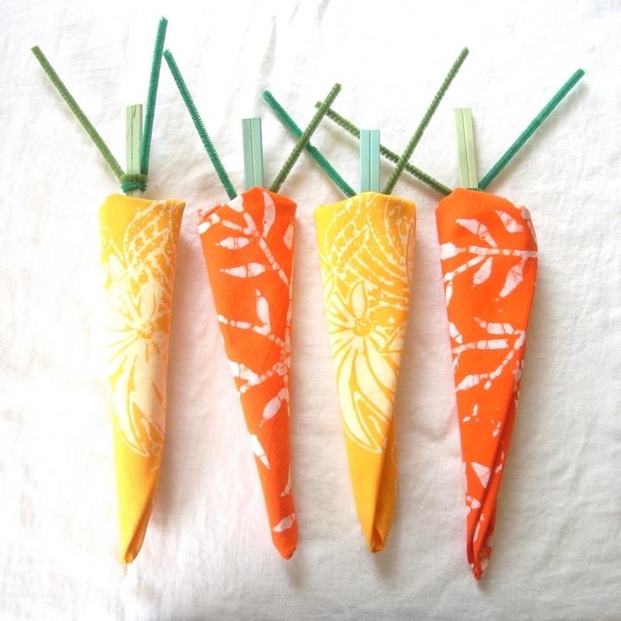 bricolage de pâques facile pour réaliser un pliage serviettes en forme de carottes, technique de pliage de serviettes simple et rapide