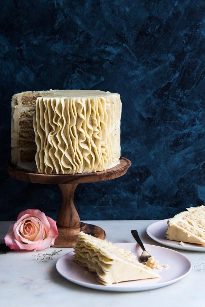 ruffle cake d'anniversaire au glaçage de crème beurre façon rubans déposé sur un présentoir en bois, gateau anniversaire simple et beau