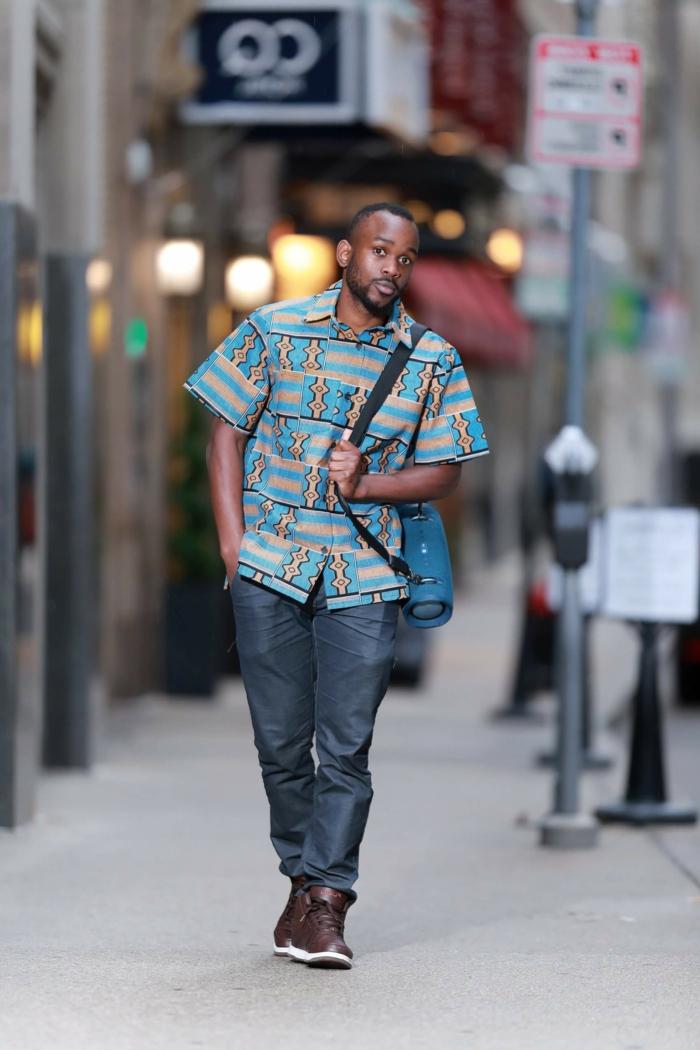 tenue africaine pour homme, pantalon gris, chemise aux motifs graphiques originaux, chaussures marrons