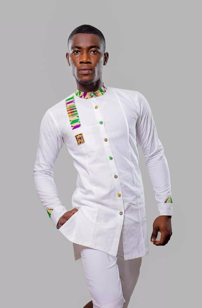 costume blanc aux imprimés ethniques, boutons colorés, motifs géométriques sybtiles en vert et lilas