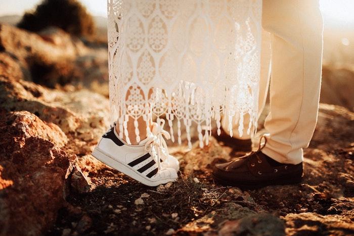 Porter sa robe de mariée avec des baskets, style boheme chic, tenue boheme chic, robe en dentelle inspiration gitane