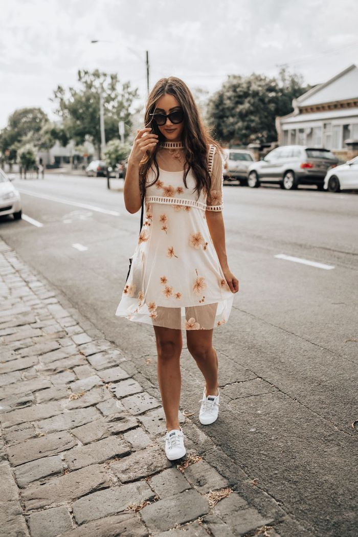 Mini robe dentelle soirée, tenue boheme chic, s habiller chic et confortable, jolie femme style de la rue