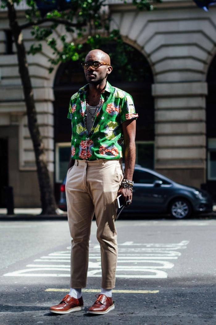 pantalon homme beige, vetement africain moderne, chemise verte aux taches colorées, chaussures en cuir marron