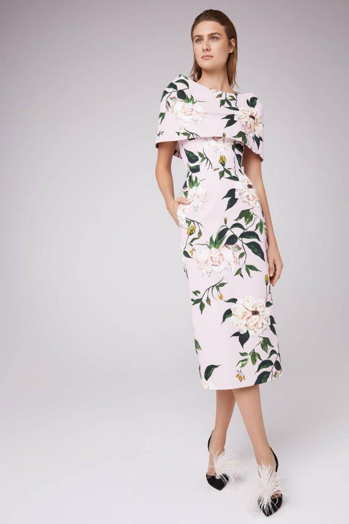 quelle tenue habillée pour mariage chic pour une femme de 50 ans, robe droite longueur midi à grosse encolure bardot ornée d'imprimés floraux