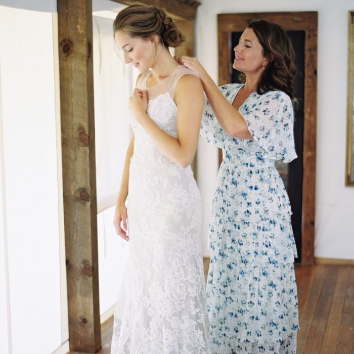 robe temoin de mariage de style champêtre, une robe longue et floue avec manches courtes évasées, à motifs petites fleurs bleues