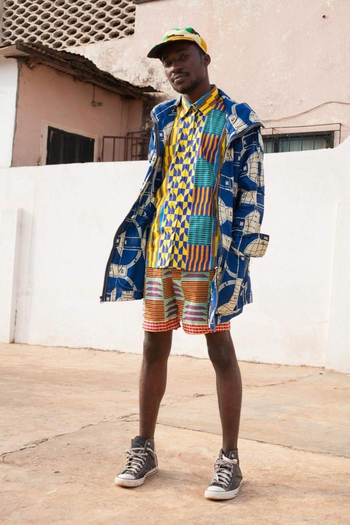 baskets noir et blanc, short bariolé, chemise aux motifs africains, chemise superposée, casquette couleurs joyeuses