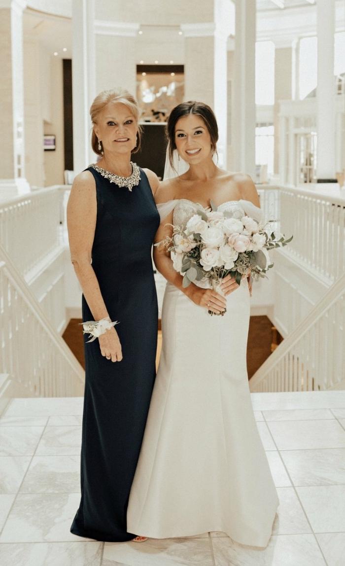 modèle élégant de robe de cérémonie longue noire assortie avec un collier imposant, robe noire pour la mère de la mariée