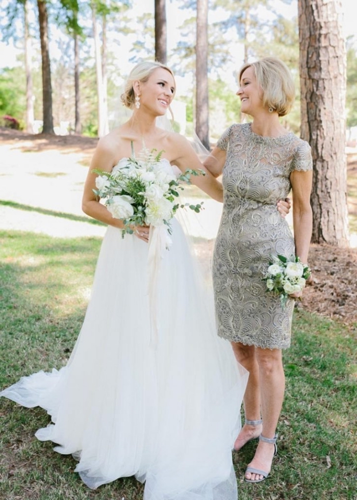 une tenue habillée pour mariage pour femme de 50 ans, robe courte en dentelle à coupe droite et à manches courtes assortie avec des sandales à haut talon