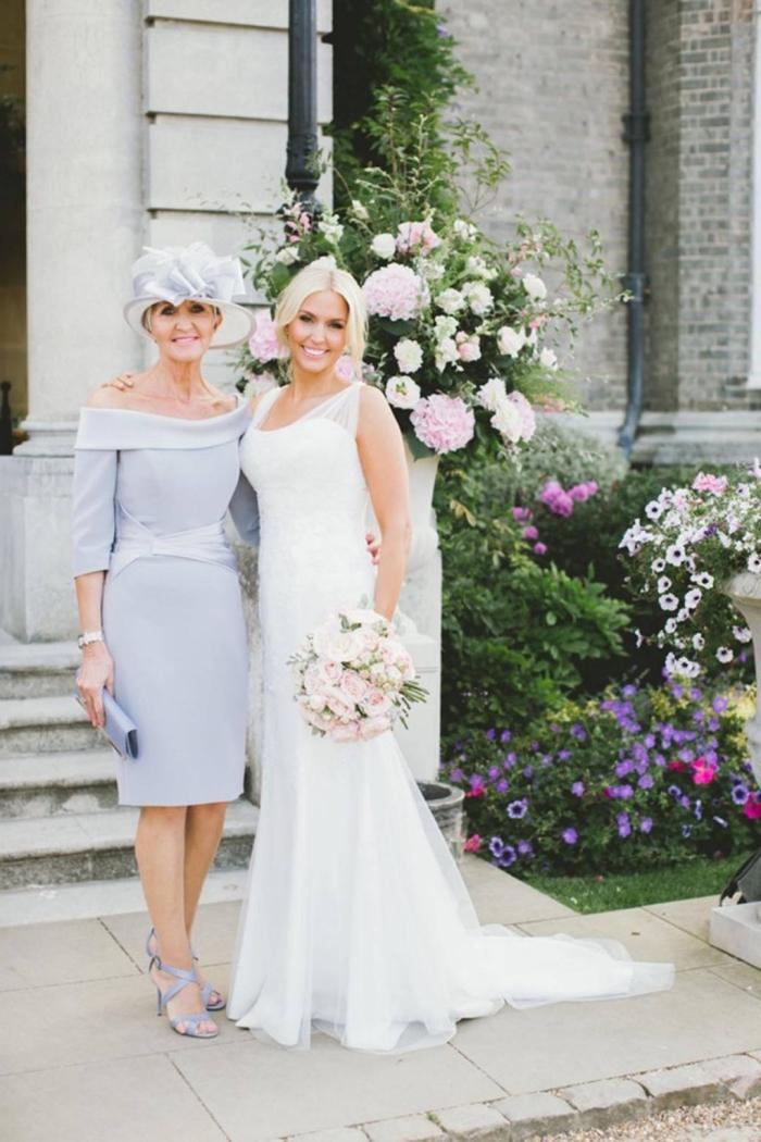 robe femme habille à coupe droite avec encolure tombantes de type bardot et son chapeau assortie, tenue de mariage pour femme de 50 ans