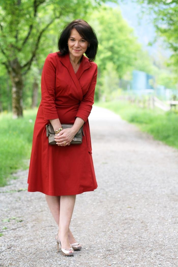 robe femme habille de 50 ans pour assister à un mariage, modèle de robe portefeuille rouge aux manches longues