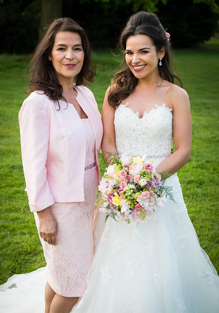 une robe courte en dentelle assortie avec une petite veste cintrée, tenue de cérémonie pour la mère de la mariée