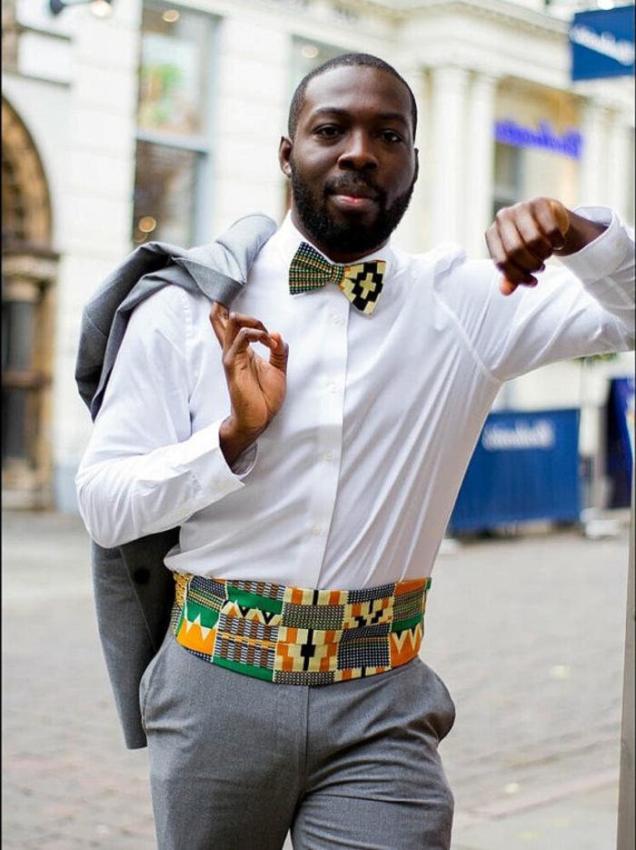 pantalon gris, chemise blanche, ceinture bariolée, noeud papillon, tenue homme africaine