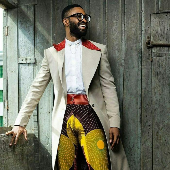 tenue africaine moderne, pantalon aux couleurs criardes, tenue pour homme exotique, veste beige, chemise blanche