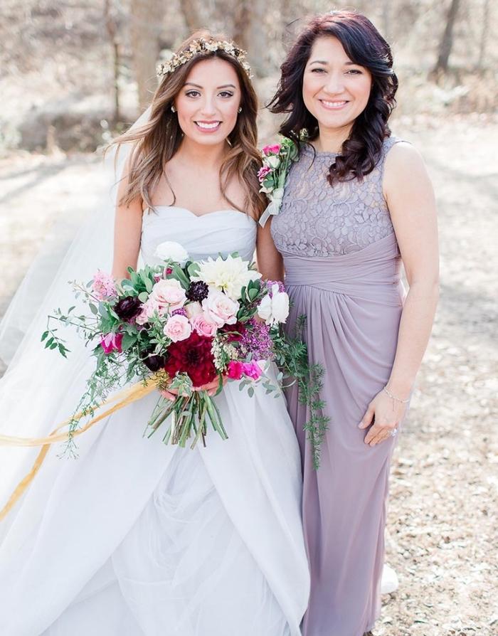 robe de cérémonie élégante de couleur mauve avec taille haute cintrée , une robe mère mariée longue avec haut en dentelle