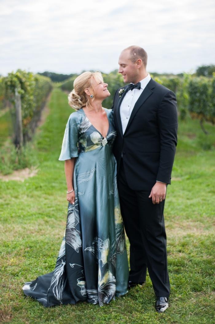 robe mere de la mariee longue en satin couleur bleu canard avec manches courtes évasées, agrémentée d'imprimés floraux