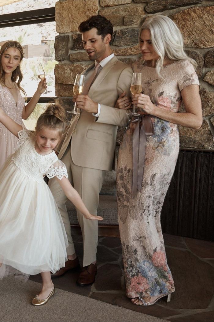 robe temoin de mariage longue en dentelle avec de jolis imprimés floraux et une taille marquée par une ceinture en satin