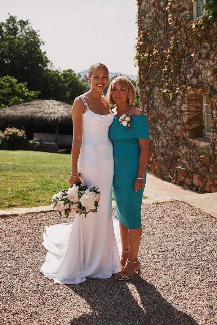 robe droite chic en bleu turquoise aux épaules dénudées et à l'encolure bardot, robe semi-officielle pour la mère de la mariée