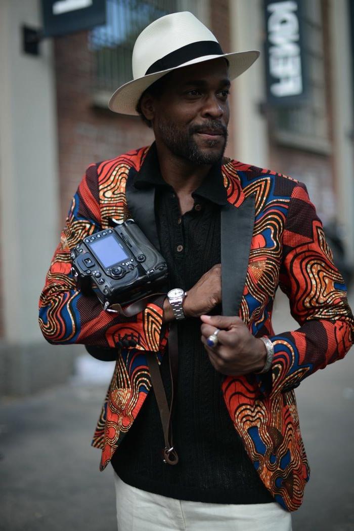 homme noir, chapeau avec périphérie, chemise noire, tenue chic homme, chapeau avec périphérie, chemise noire, pochette noire, pantalon blanc