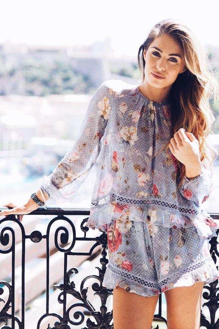 Terrasse en fer avec belle vue, tenue de merveille avec la plus belle robe longue boheme, style boheme chic