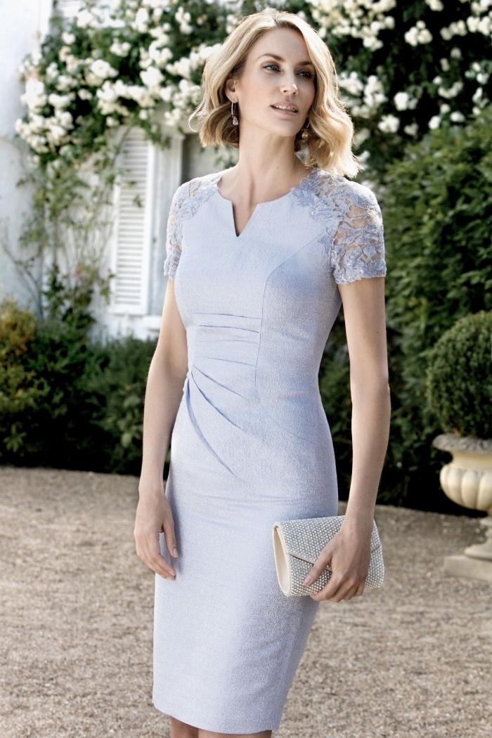 modèle de robe femme habillée pour assister à un mariage qui flatte les silhouettes des femme de 50 ans, robe droite aux petites manches en dentelle