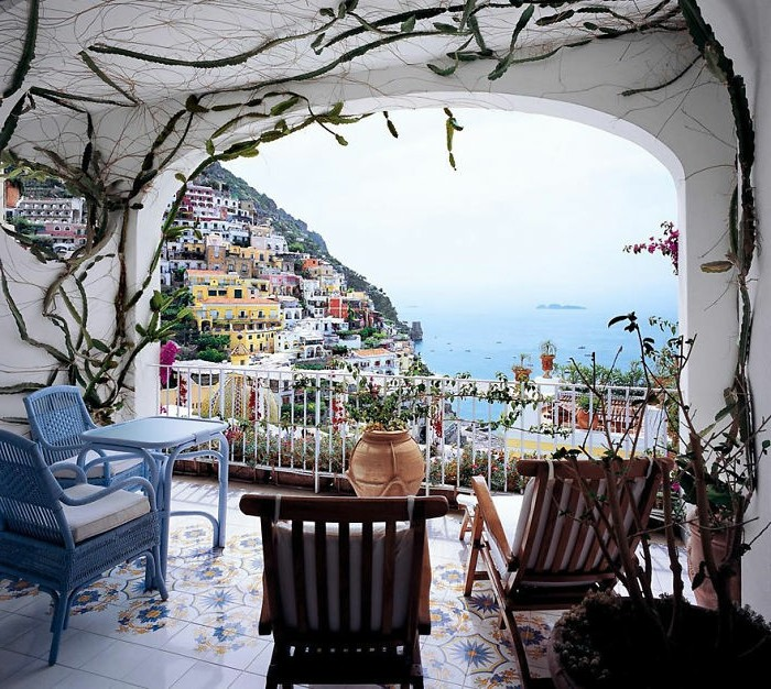 comment aménager une terrasse méditerranéenne avec des chaises et table bois er rotin et carrelage à motifs orientaux fleuris, deco florale