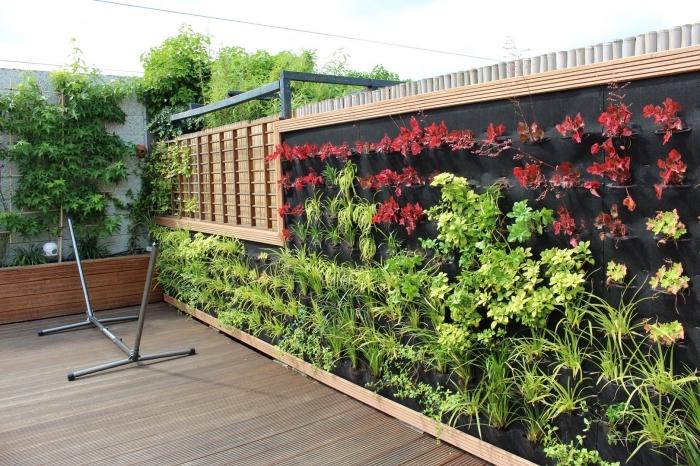technique de jardinage urbain à la verticale avec un systèmes de poches horticoles, idée de potager sur balcon avec des poches horticoles