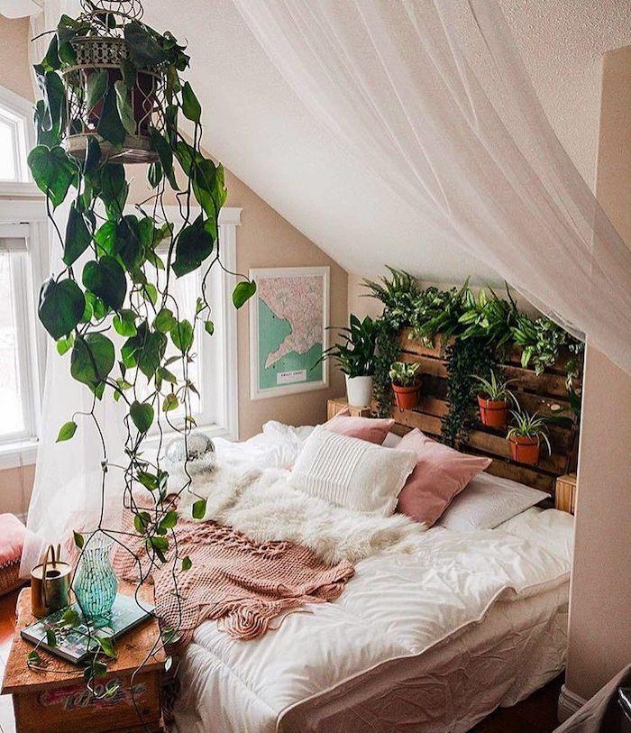 Cool idée comment décorer une chambre à coucher sous comble très cozy, inspiration déco plantes, coussins et linge peleuse