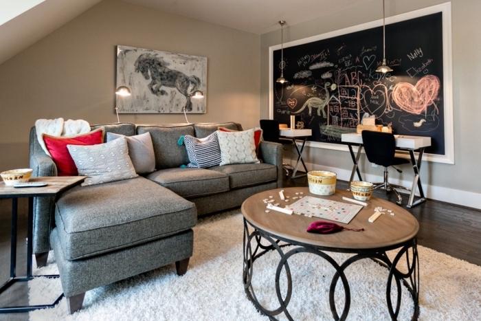 idée table craie noir dans un salon sous pente, quelle peinture pour les murs d'un petit salon, idée enduit à texture ardoise