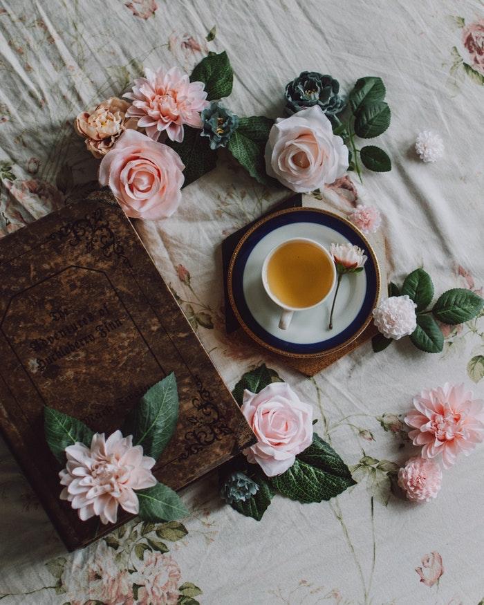 Boire de thé, lire un livre, s entourer de fleurs, bonne fete de paques, image de pâques belle photo pour fond d'écran, roses jolies sur un lit
